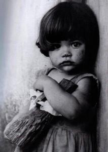 La niña con muñeca de palo /La bambina con la bambola di legno