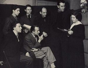 Man Ray, 1934. Vemos a Gisèle Prassinos leyendo uno de sus poemas a la plana mayor del surrealismo: Paul Éluard, André Breton, Benjamin Péret, René Char, Mario Prassinos.