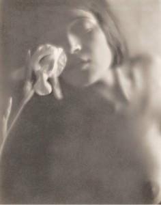 Tina Modotti, L'iris bianco, foto di Edward Weston, 1921 google