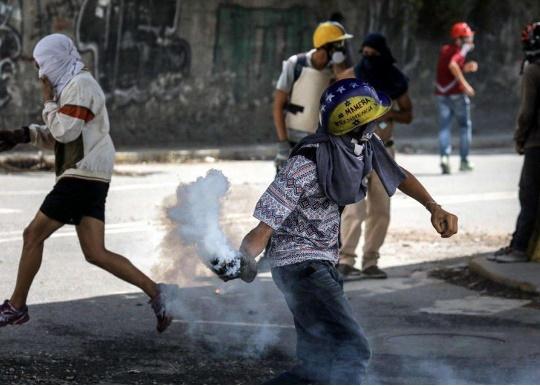 foto ansa avvenire brucia venezuela caracas cctm