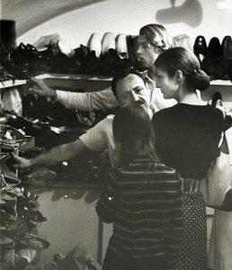 Capri 1962 - Jacqueline Kennedy e Amedeo Canfora in via Camerelle (foto famiglia Canfora) cctm made in italy arte amore cultura bellezza poesia italia latino america leggere miglior sito letterario miglior sito poesia